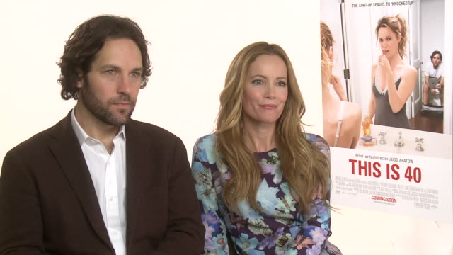 vídeos de stock, filmes e b-roll de interview paul rudd leslie mann on what they thought being 40 was like when they were young at the dorchester on january 31 2013 in london england - leslie mann