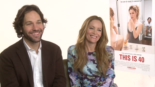 vídeos de stock, filmes e b-roll de interview paul rudd leslie mann on when they starting using the toilet in front of their spouse at the dorchester on january 31 2013 in london england - leslie mann