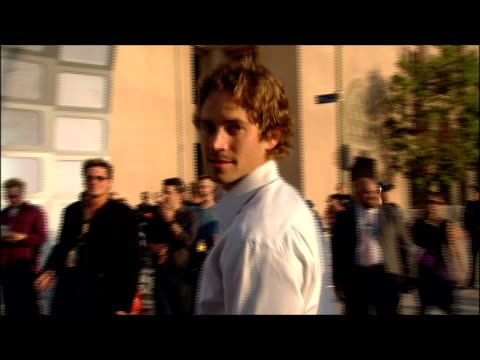 vídeos de stock e filmes b-roll de paul walker arriving at the 2002 mtv movie awards. - 2002