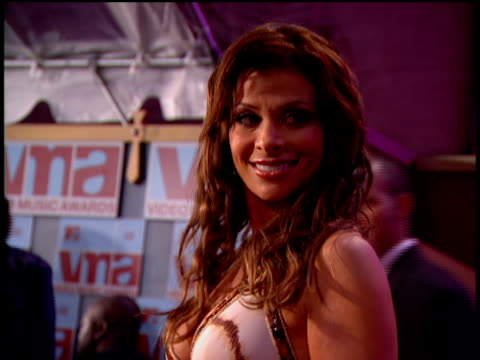vídeos de stock e filmes b-roll de paula abdul arriving at the arriving to the 2002 mtv video music awards red carpet - 2002