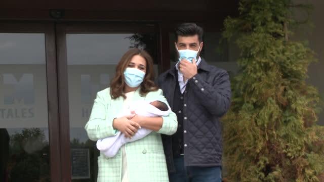 paula echevarria and miguel torres present their newborn child in madrid - パウラ エシェバリア点の映像素材/bロール