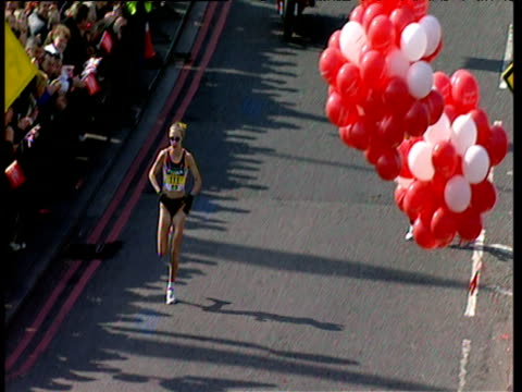 paula radcliffe pulls away from pacemaker, women's elite race, 2002 london marathon - sportlerin stock-videos und b-roll-filmmaterial