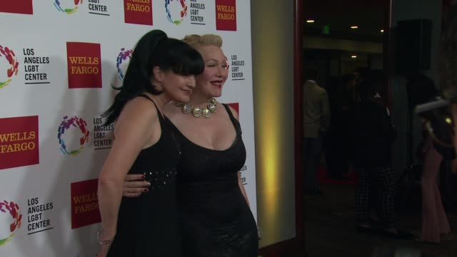 stockvideo's en b-roll-footage met pauley perrette calpernia addams at los angeles lgbt center 46th anniversary gala vanguard awards at the hyatt regency century plaza on november 07... - anniversary gala vanguard awards