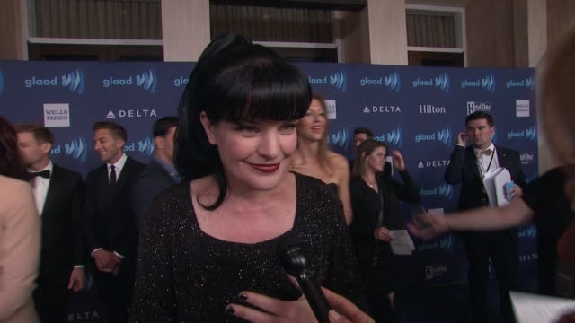 vídeos de stock e filmes b-roll de interview pauley perrette on being at the event and on homophobia at the 26th annual glaad media awards at the beverly hilton hotel on march 21 2015... - the beverly hilton hotel