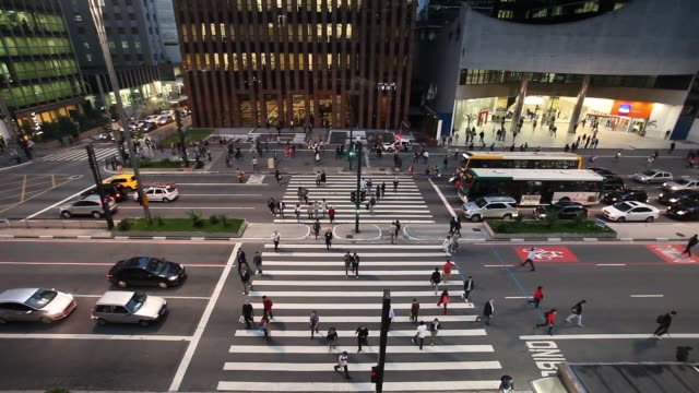 vídeos de stock, filmes e b-roll de paulista avenue, elevated view at dusk, sao paulo, brazil - pedestre