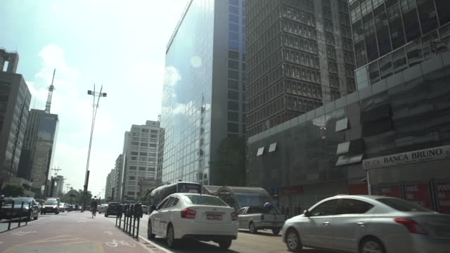 paulista avenue in sao paulo with traffic - centro da cidade stock videos & royalty-free footage