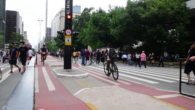 vídeos de stock, filmes e b-roll de paulista avenue - domingo
