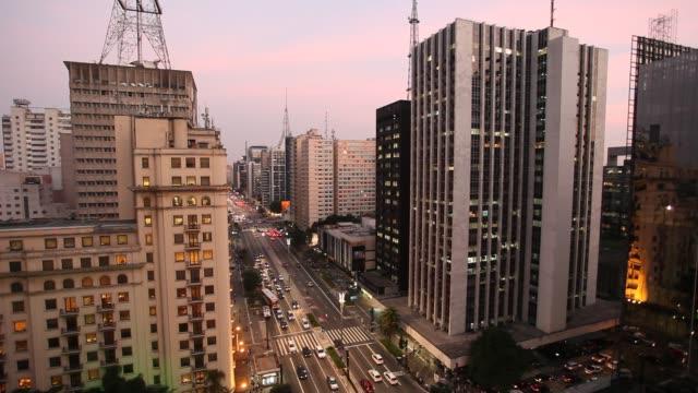 vídeos de stock, filmes e b-roll de paulista avenue - passagem de pedestres