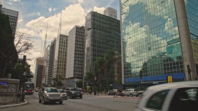 vídeos de stock, filmes e b-roll de avenida paulista com sua pista bycicle, são paulo - avenida