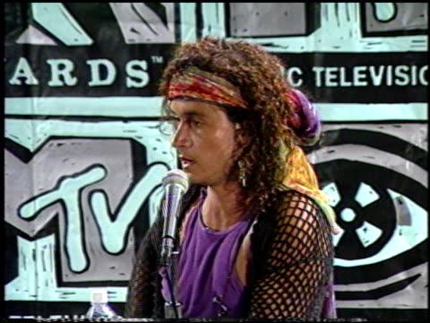 pauly shore at the 1991 mtv awards at universal amphitheatre in universal city california on january 1 1991 - 1991 bildbanksvideor och videomaterial från bakom kulisserna