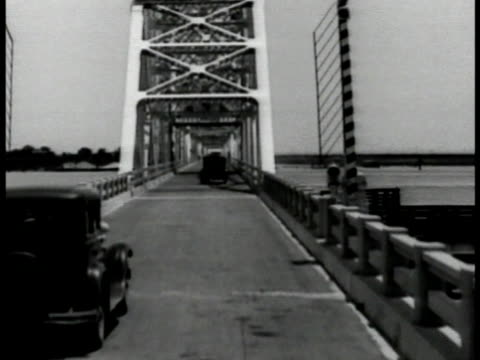 vidéos et rushes de louisiana paved louisiana rural road w/ car 1930s cars moving over bridge w/ no toll booth state capitol building louisiana governor's mansion - 1931