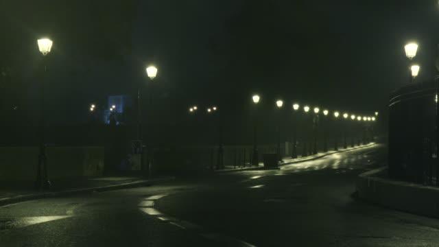vidéos et rushes de paved street of paris with lampposts in the rain - trottoir
