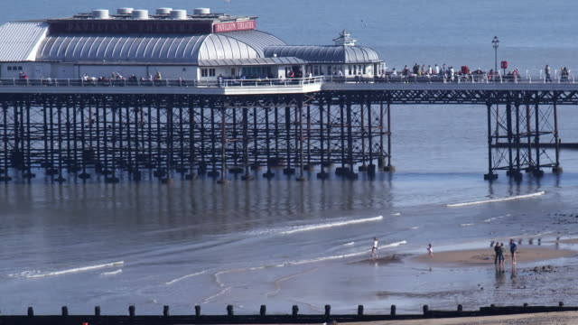 vídeos de stock e filmes b-roll de ws pan pavilion theatre on cromer pier and beach, cromer, norfolk, united kingdom - casa de jardim