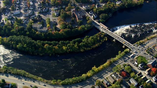 ポータケット滝 (上) - 空中写真 - マサチューセッツ州、ミドル セックス郡、アメリカ合衆国 - ロードアイランド州点の映像素材/bロール