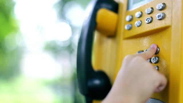 münztelefon, kind chand - telefonzelle stock-videos und b-roll-filmmaterial