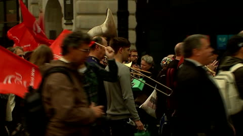 pay rise demonstrations in london, glasgow and belfast; brass band along playing music on march various shots 'unite' members along with flags and... - 労働組合会議点の映像素材/bロール