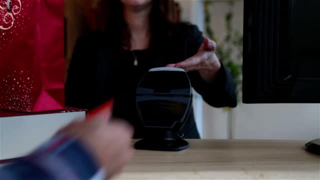 stockvideo's en b-roll-footage met met nfc technologie op creditcard betalen kerst presenteert - betalen