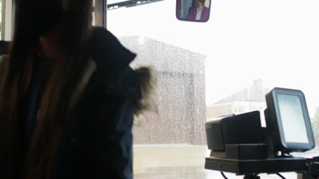 vídeos y material grabado en eventos de stock de pagar sin contacto y de forma segura por el autobús - embarcar