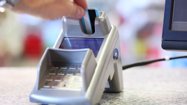 stockvideo's en b-roll-footage met paying with cash card - bankpas
