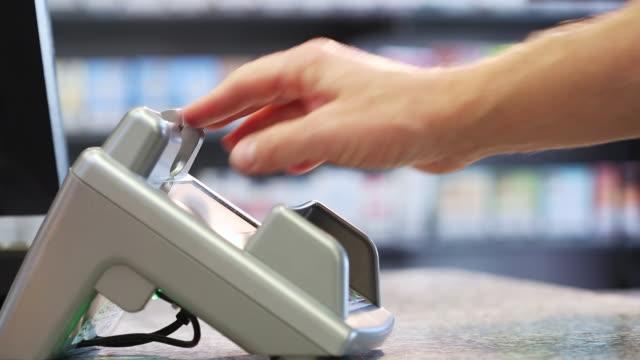 paying with cash card - kreditkort bildbanksvideor och videomaterial från bakom kulisserna