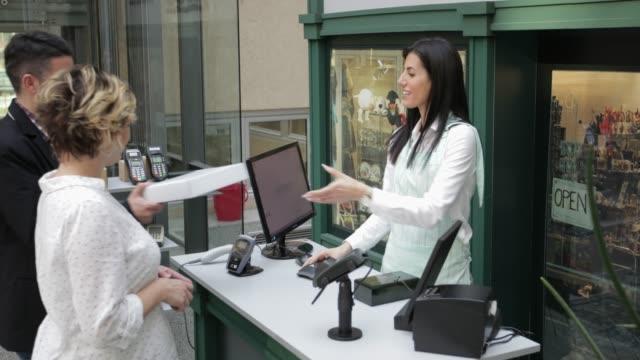 vídeos y material grabado en eventos de stock de pago con teléfono móvil, tiro de mano - vendedor