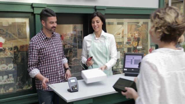vídeos y material grabado en eventos de stock de pago con teléfono móvil, tiro de mano - delantal