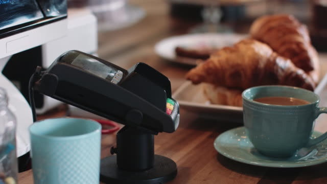 vidéos et rushes de payment with contactless credit card in café - carte de crédit