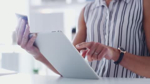 vídeos y material grabado en eventos de stock de los pagos son más fáciles cuando puedes hacerlos cuando y dondequiera - escritorio