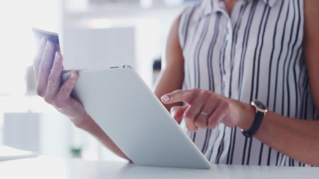 vídeos de stock e filmes b-roll de payments are easier when you can do them whenever and wherever - secretária mobília