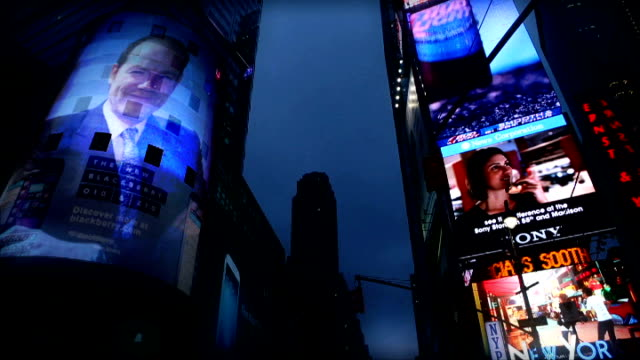 vidéos et rushes de lord patten and mark thompson clash graphicised pictures illuminated signs of times square as picture of former bbc director general and now chief... - positionner