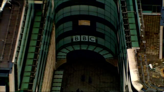 vidéos et rushes de lord patten and mark thompson clash; r15111208 england: london: air view / aerial bbc headquarters new broadcasting house - bbc