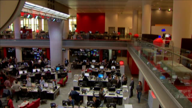 mark thompson says bbc trust was fully informed r02041305 new broadcasting house int various views of bbc newsroom - bbc video stock e b–roll