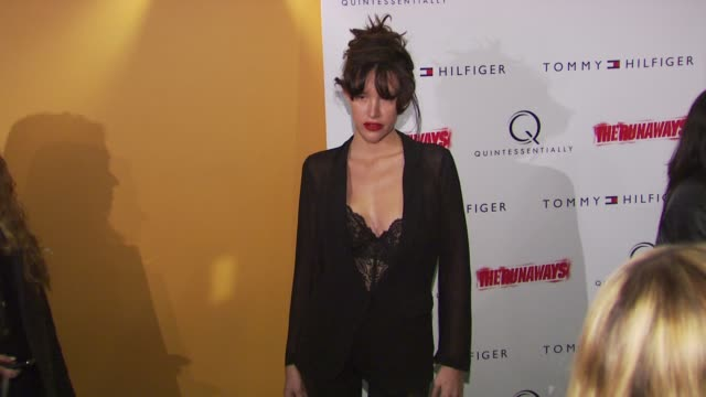 stockvideo's en b-roll-footage met paz de la huerta at the 'the runaways' new york premiere at new york ny - la paz filmtitel