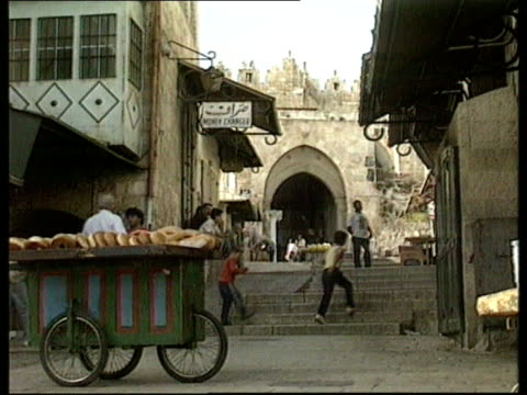 vidéos et rushes de peace agreement ext jerusalem gv ancient city gate ms street scene in old city ms israeli soldiers walking through ms man carrying platter ms... - israël