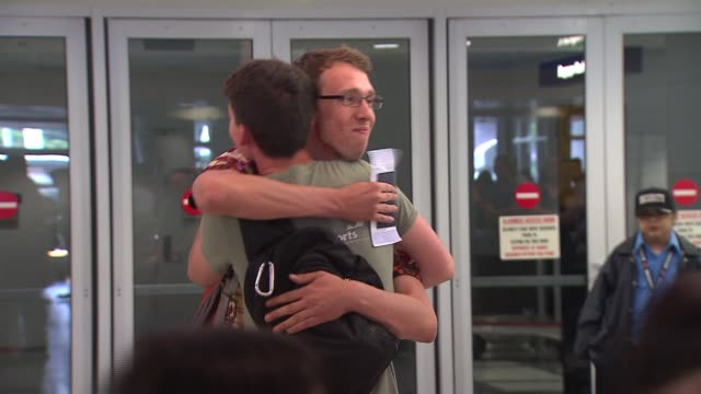 vidéos et rushes de peace corps volunteer cullen seaton returns home to chicago after the peace corps pulled its volunteers out of certain african countries because of... - se déplacer vers