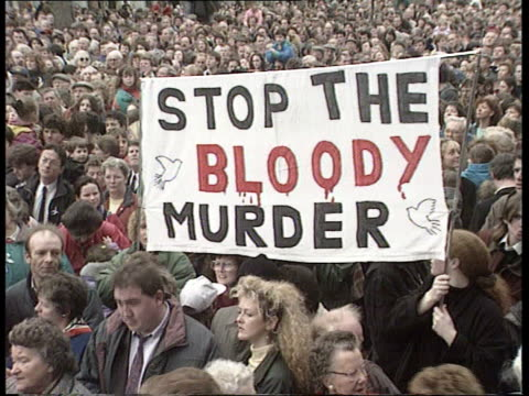 stockvideo's en b-roll-footage met peace demonstration held in dublin a2240 dublin north city o'connell street general post office mass peace demos tgv demos one with 'peace' banner... - bare tree