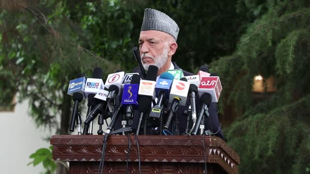 vídeos y material grabado en eventos de stock de peace negotiations between taliban and afghan authorities will start in earnest as soon as possible, said former afghan president hamid karzai on... - kabul