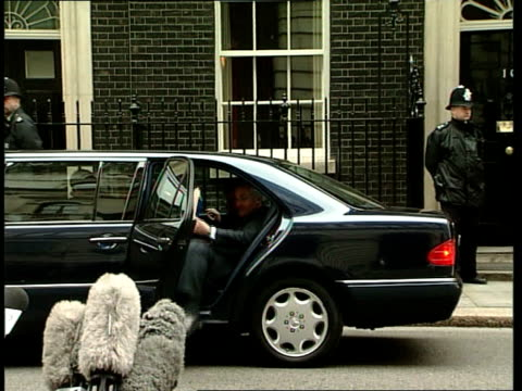 peace process further talks england london downing street ext irish prime minister bertie ahern from car and towards number 10 - バーティ アハーン点の映像素材/bロール