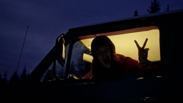 vídeos de stock e filmes b-roll de peace sign - woman leaning out of car window - paz
