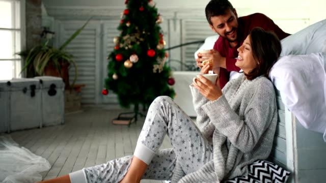 vídeos y material grabado en eventos de stock de tranquila mañana de navidad. - waffles