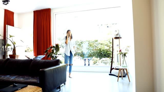 vidéos et rushes de journée tranquille à la maison - femme détente le matin - barefoot