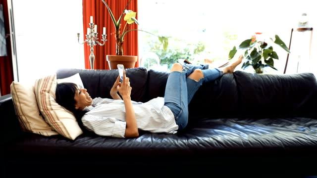 Rustige dag thuis - vrouw ontspannen in de ochtend