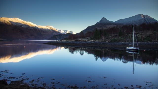 peaceful scottish loch at sunrise - time lapse - schottland stock-videos und b-roll-filmmaterial