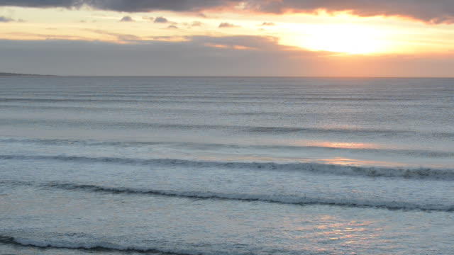 vídeos de stock, filmes e b-roll de peaceful sunset and gentle ocean waves - boa postura