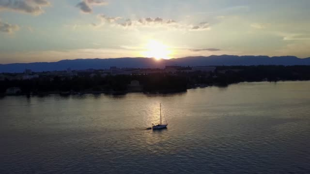 peaceful sunset moments on lake geneva, geneva, switerland - imbarcazione per passeggeri video stock e b–roll