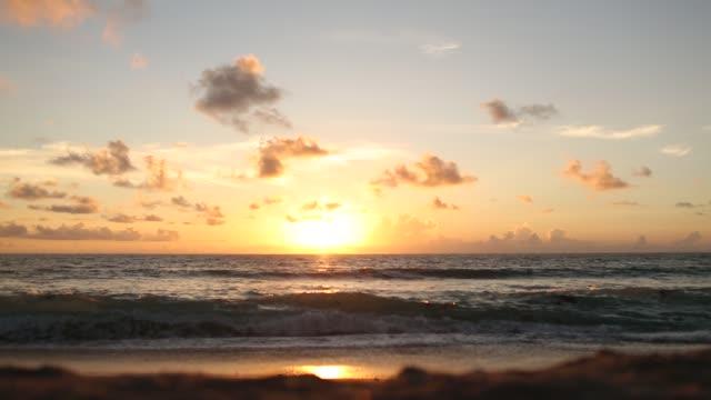 vidéos et rushes de paisible - vibrant beach sunrise sur palm beach, floride - littoral