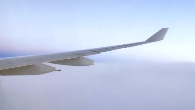 Friedliche Blick aus dem Flugzeug-Fenster
