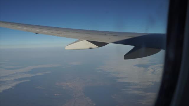 vidéos et rushes de vue paisible depuis la fenêtre de l'avion - aile d'avion