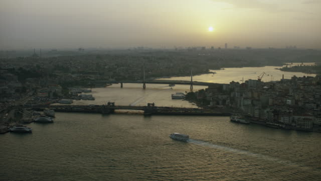 peaceful view of istanbul's golden horn - イスタンブール 金角湾点の映像素材/bロール