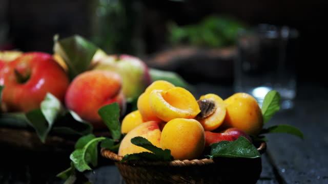 peach and apple homemade juice - cibo biologico video stock e b–roll